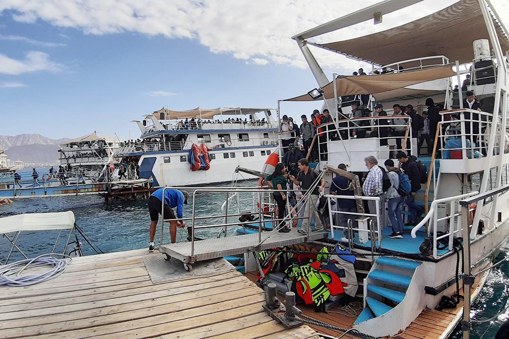 Так выглядят корабли в удачные дни: все забиты подзавязку. Летом удачные дни почти все — это самая суровая пора дляэкипажа. Фото: Гама Малинин