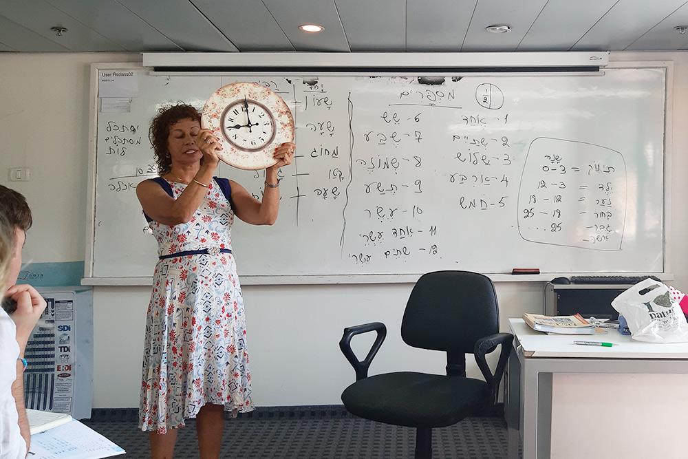 Так проходит урок по ивриту. На фото преподаватель объясняет, как правильно говорить, который час