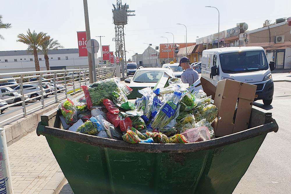 Перед Шаббатом магазины и кафе выбрасывают огромное количество овощей и фруктов. В ближайшие полтора дня все будет закрыто, так что скоропортящиеся продукты нужно выкинуть заранее