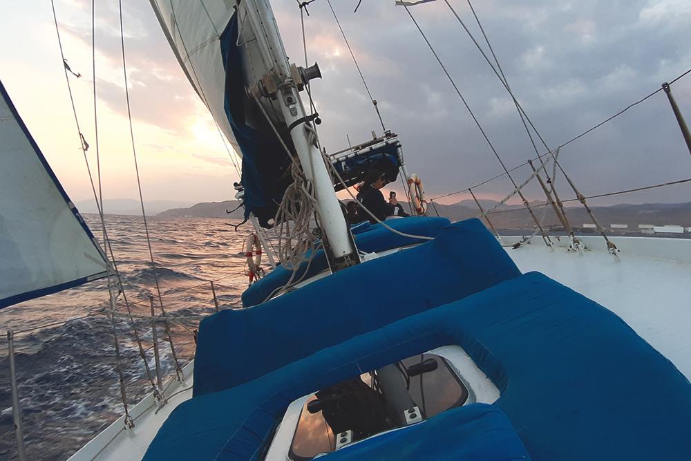На некоторых курсах относительно ветра лодку сильно кренит. Она не перевернется из-за системы противовесов, но все незакрепленные вещи могут улететь за борт. Фото: Гама Малинин