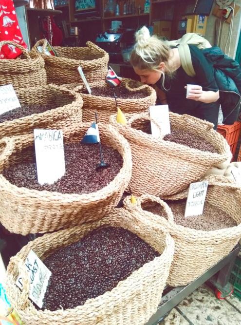 В Израиле развита культура уличных рынков. В основном там продаются сувениры, но иногда бывают и продукты. В Акко, например, продаются специи