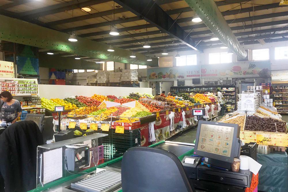 Фрукты и овощи удобно покупать в«Плодах нашей страны» — магазин находится рядом снашей гостиницей. Здесь большой выбор разных сортов и все всегда свежее