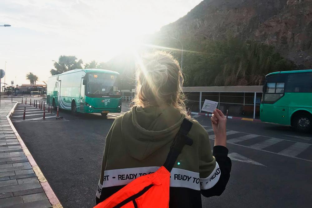 Мы добираемся на автобусах № 55 и 400 бесплатно. Нужно показывать билет заранее, иначе автобус может не остановиться