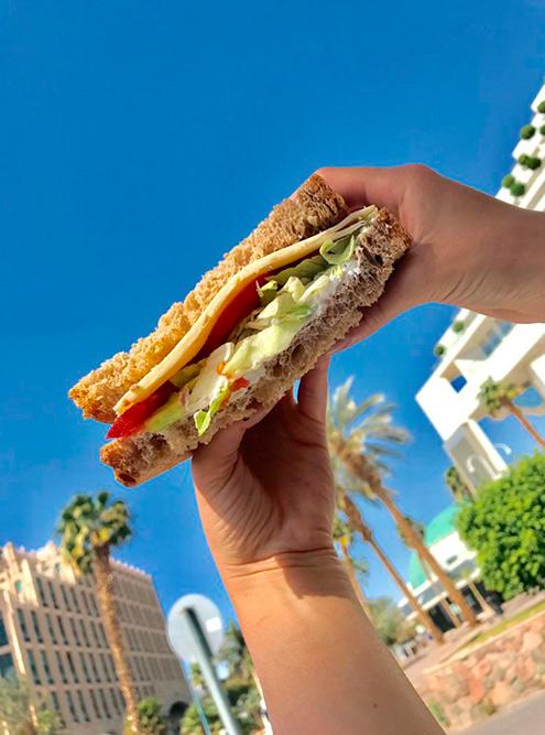 В кафе «Арома» можно купить сэндвич с сыром за 9 ILS (200<span class=ruble>Р</span>)