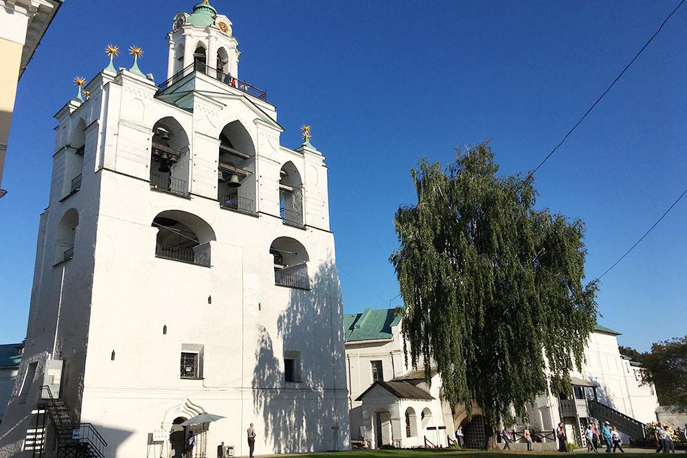 Со звонницы монастыря открывается красивый вид на город