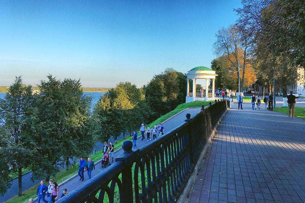 Верхняя набережная — это городская улица с видом на Волгу и собранием архитектурных памятников. На нижней расположены кафе и речной вокзал