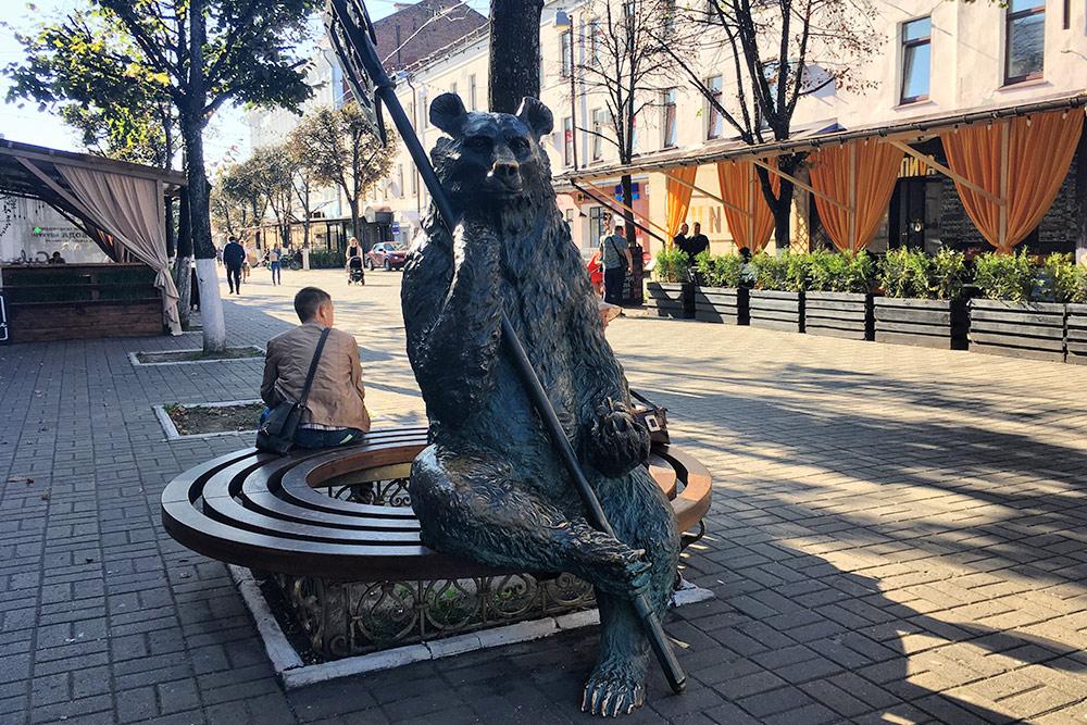 Медведей в Ярославле десятки. Просто Медведьград какой-то. Раньше, до Ярослава Мудрого, город и назывался Медвежий Угол