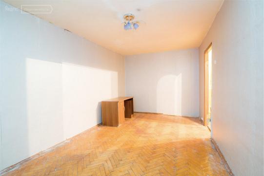Оставьте в кадре стол или стул, чтобы был виден размер комнаты