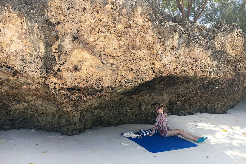 В естественной тени прохладнее, чем на лежаке под пляжным зонтиком. Поэтому мы всегда берем с собой пляжное покрывало. Еще в отеле бесплатно выдавали пляжные полотенца