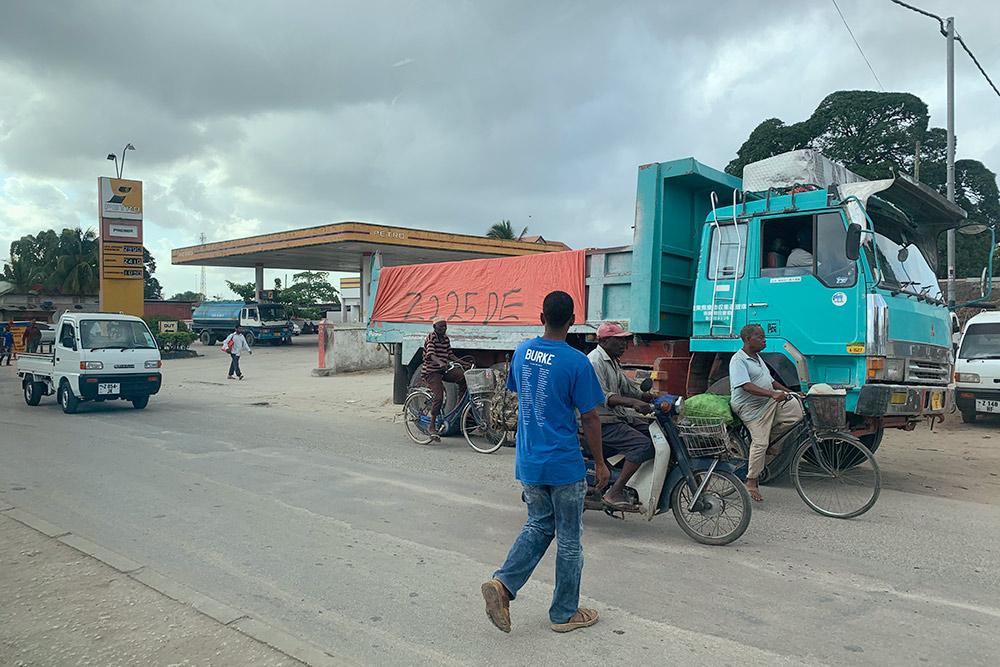 Типичное городское движение. Все переходят дорогу где попало, но водители ездят аккуратно