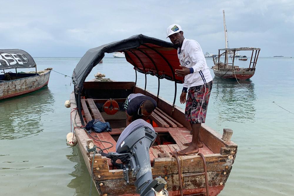 Наш капитан и его самодельная моторная лодка