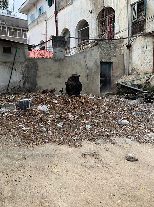 Во внутренние дворики каменного города лучше не заглядывать: там много мусора