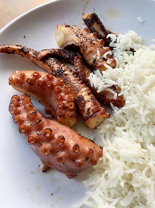 Жаренный на гриле осьминог и рис. Степень типичной прожарки в местных ресторанах — well done. Если любите без корочки, обсудите это с официантом