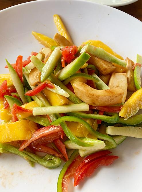 Вкуснейший сочный салат из кальмара, манго, кабачка, помидора и болгарского перца с соевым соусом