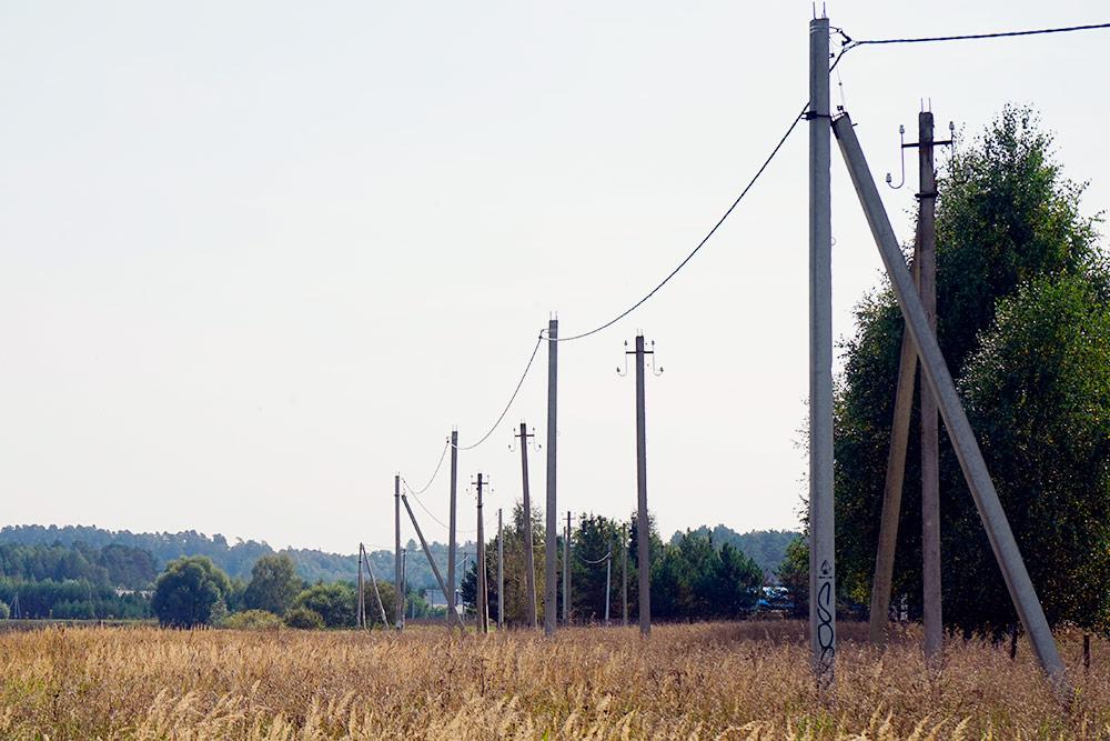 Современная сеть: между опорами идетодин провод. Если нанего упадет дерево, оборвет все: и фазу, иноль. Этобезопаснее. Источник: Valery Shanin / Shutterstock