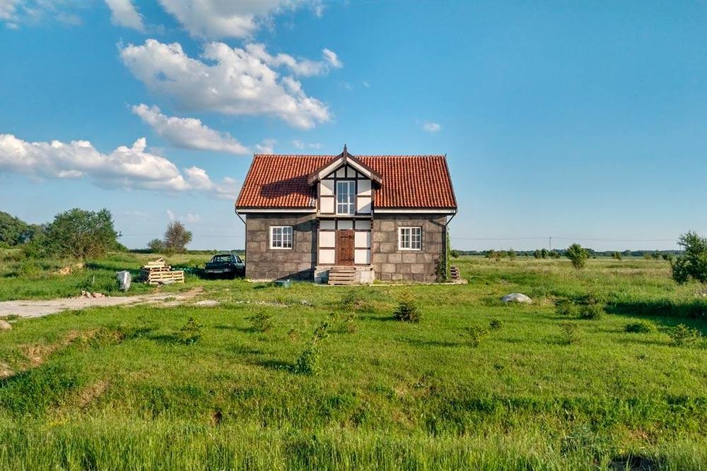 Это не мой дом, но здания такого типа строят в нашем поселке