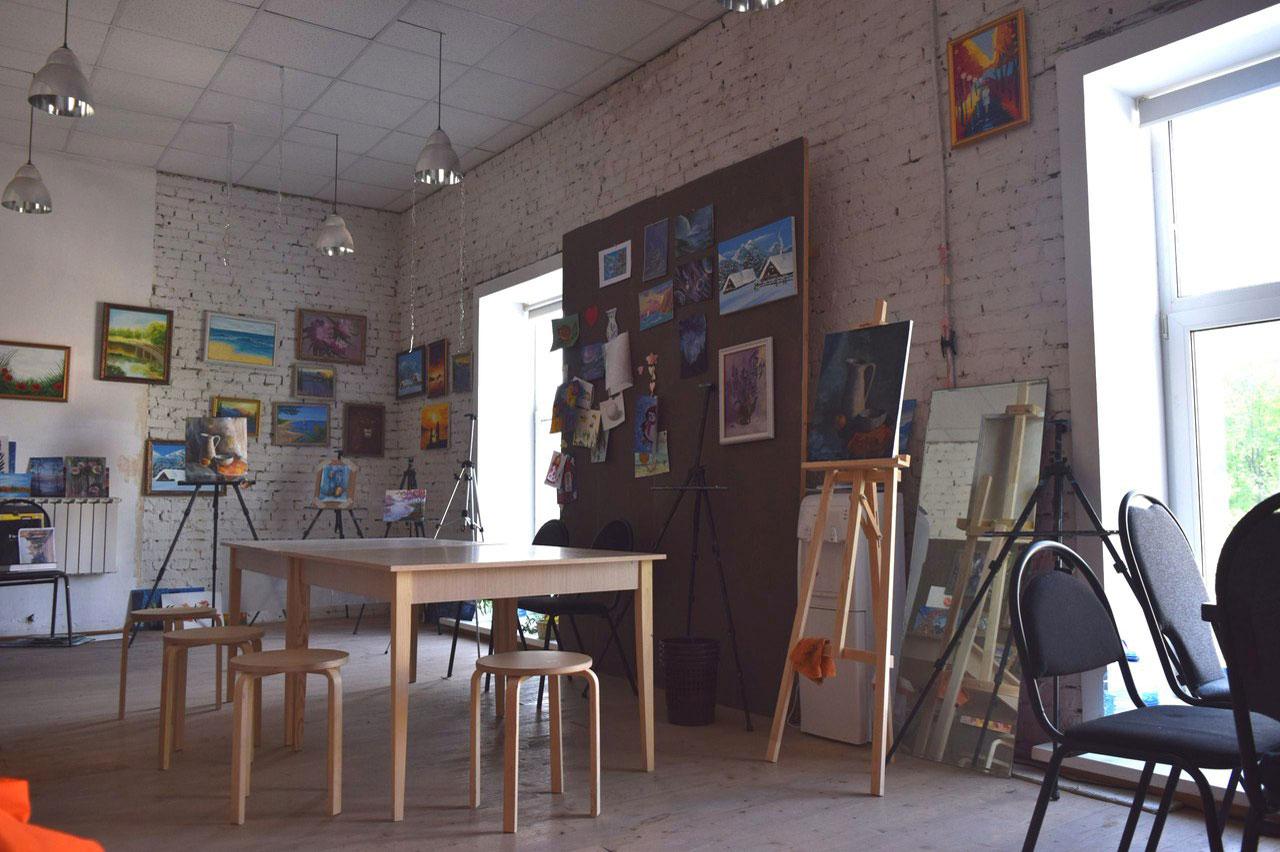 Студия Насти хорошо освещена: окна от пола до потолка