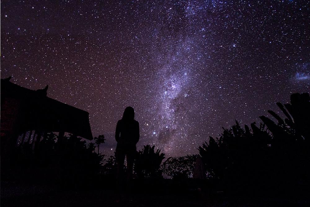 В ночь Ньепи на Бали нельзя включать свет. Считается, что в это время над островом пролетают злые духи. Балийцы притворяются, что остров необитаемый: сидят дома, выключают свет и не готовят еду