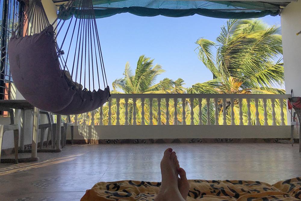 Работать на террасе с видом на пальмы крайне сложно. Настрой нерабочий