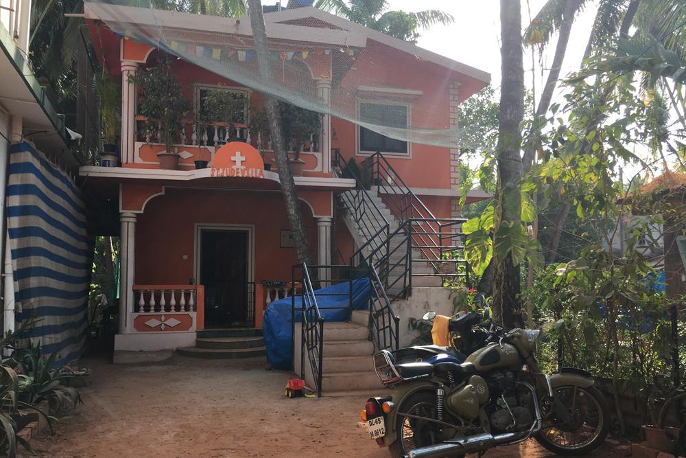 Первый этаж в этом доме с кухней, тремя комнатами и ванной комнатой друзья снимали за&nbsp;35 000&nbsp;₹&nbsp;(31 000<span class=ruble>Р</span>)