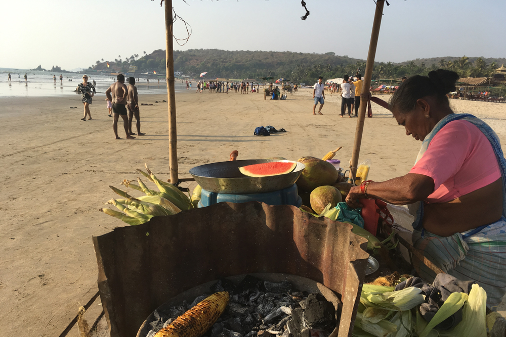 Фастфуд в Арамболе — кукуруза с солью и чили за 40 ₹ (38<span class=ruble>Р</span>)