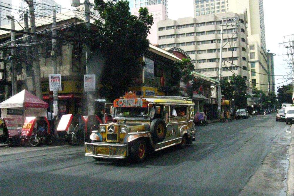 Местный транспорт джипни — переделанные джипы. Проезд стоит 8—15 песо (10—20<span class=ruble>Р</span>)