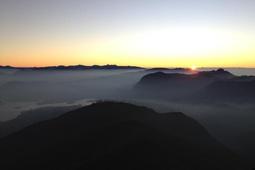 Чтобы встретить восход солнца на пике Адама, нужно три часа ночью подниматься по ступеням