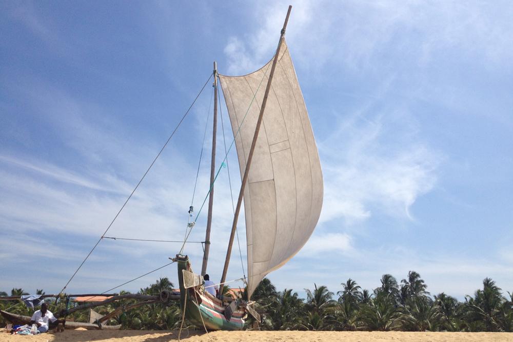 Рыбацкие лодки Негомбо весьма необычные. Туристов не катают, но мы особо и не просили