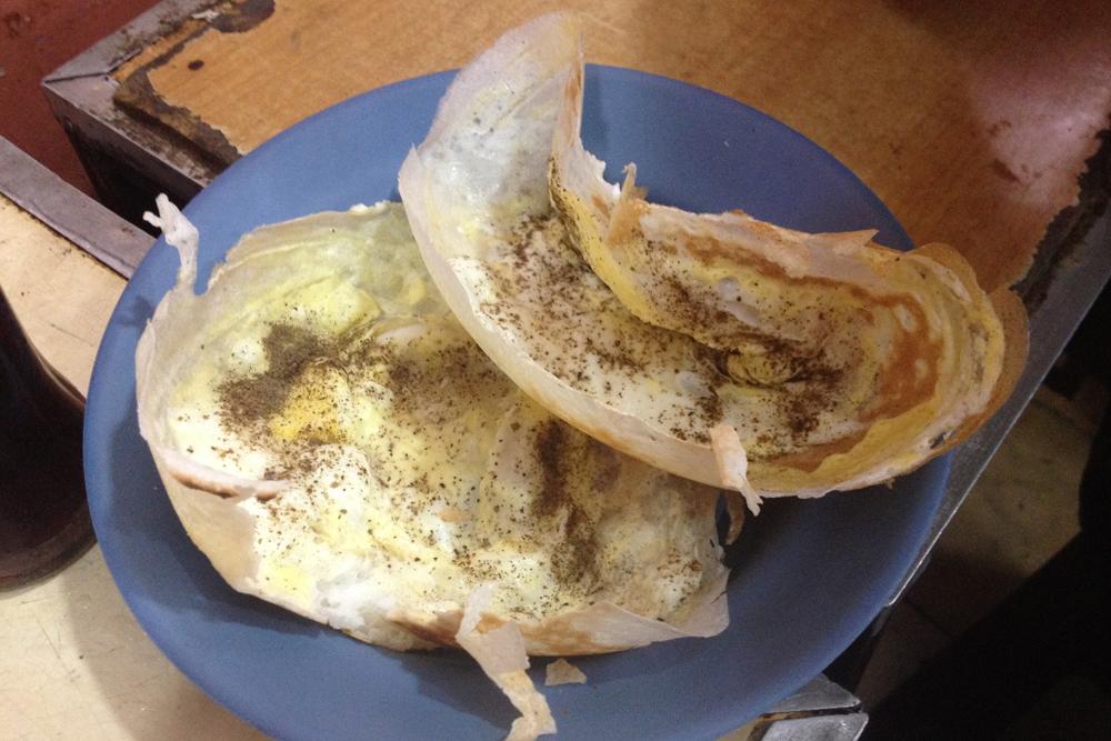 Лепешка с яйцом в забегаловке для местных стоила то ли 10 Rs (3,6<span class=ruble>Р</span>), то ли 20 Rs (7,2<span class=ruble>Р</span>)