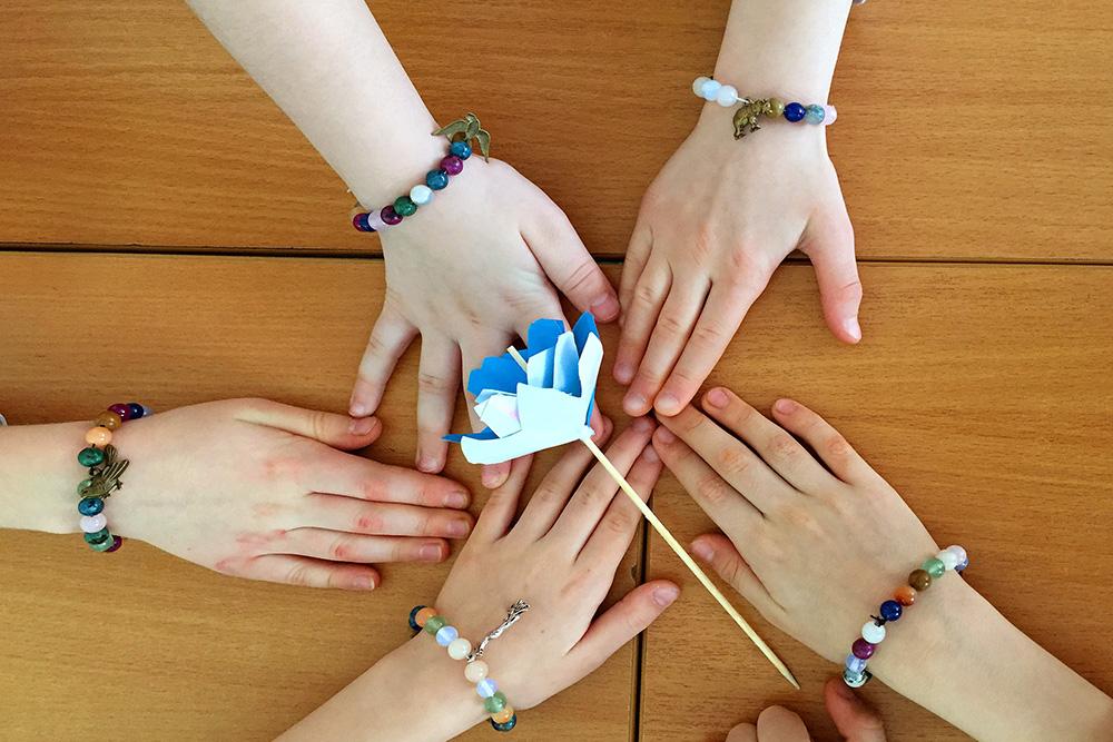 У программы «Урал — гора самоцветов» есть праздничная версия. Ее заказывают на 8 Марта и на дни рождения девочек. Сначала мы рассказываем об уральских минералах и как они появились, потом даем детям набор бусин из минералов, и они делают себе браслеты