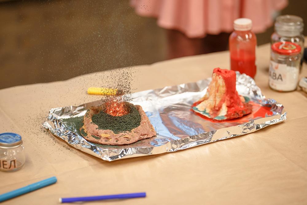 Слева — мини-версия вулкана Плоский Толбачик, справа — Ключевской сопки. Мы берем соду, уксус, бихромат аммония, соединяем их и проводим разного типа извержения. Так мы показываем, как образуются за счет горения новые вулканические конусы внутри кальдеры — большого кратера...