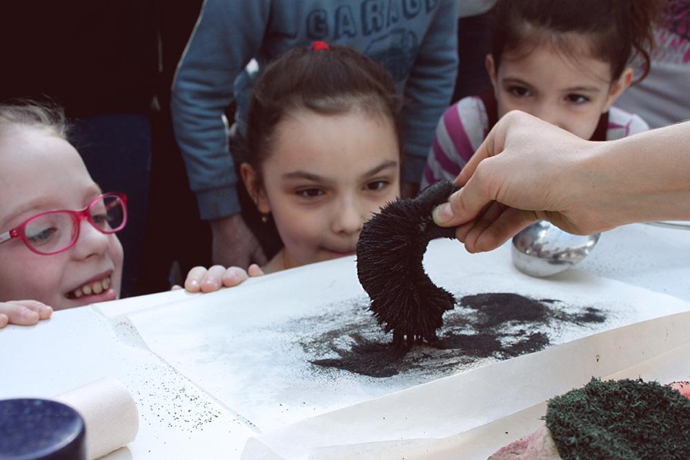 Но больше всего детям нравится, как магнитится камчатский магнетитовый песок. В нем много железа. Если посыпать его на магнит, образуются такие «иголочки»