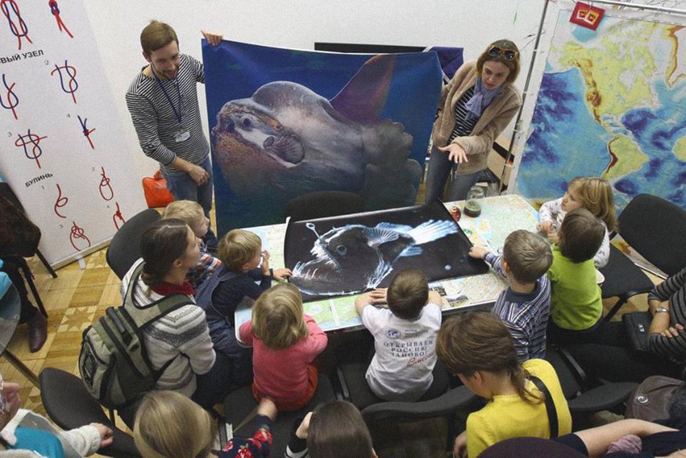 Наша первая программа о Марианской впадине на фестивале РГО в ЦДХ. Дети рассматривают рыб, которые живут на дне. Макеты в натуральную величину