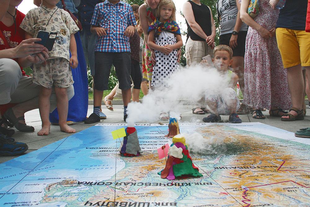 На фестивале TripSecrets в июле 2017 года. Дети создают из пластилина и других материалов макеты реальных вулканов Камчатки. А мы расставляем их на огромную карту Камчатки и проводим настоящие извержения