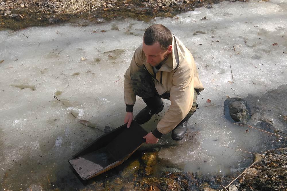 Промывание проб в апрельском горном ручье освежает