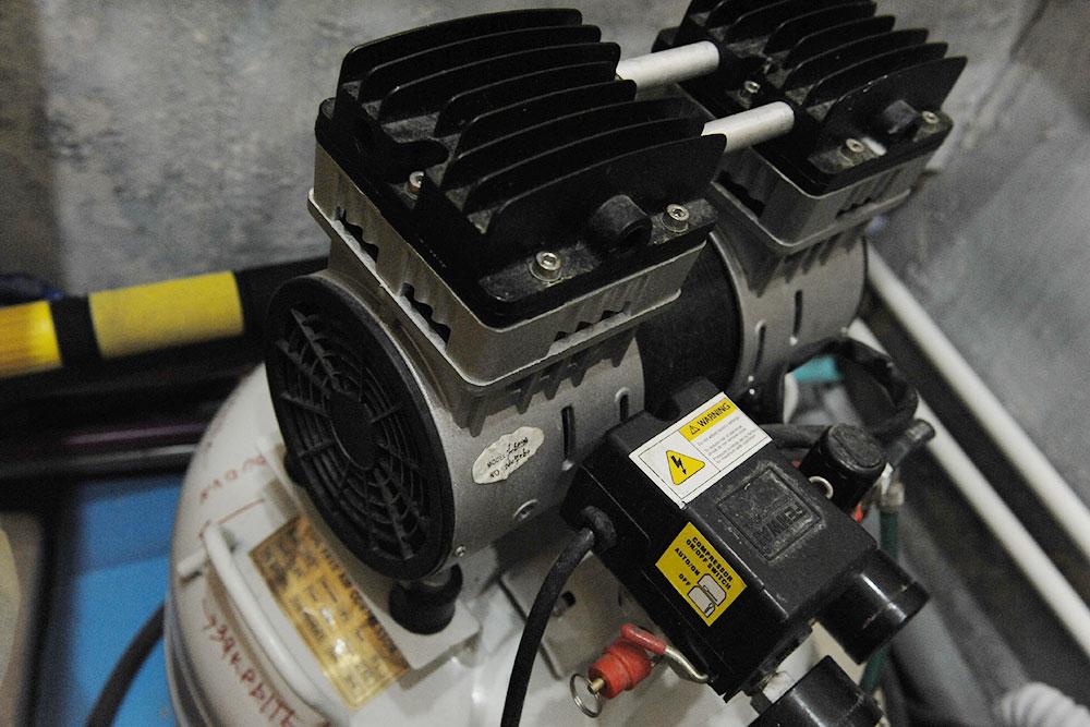 Некоторые новшества еще в планах. Так выглядит компрессор для стоматологической установки. Сейчас во время работы он очень нагревается, поэтому приходится открывать крышку. Катерина планирует купить специальный кожух за 15 тысяч, который будет поглощать тепло и шум
