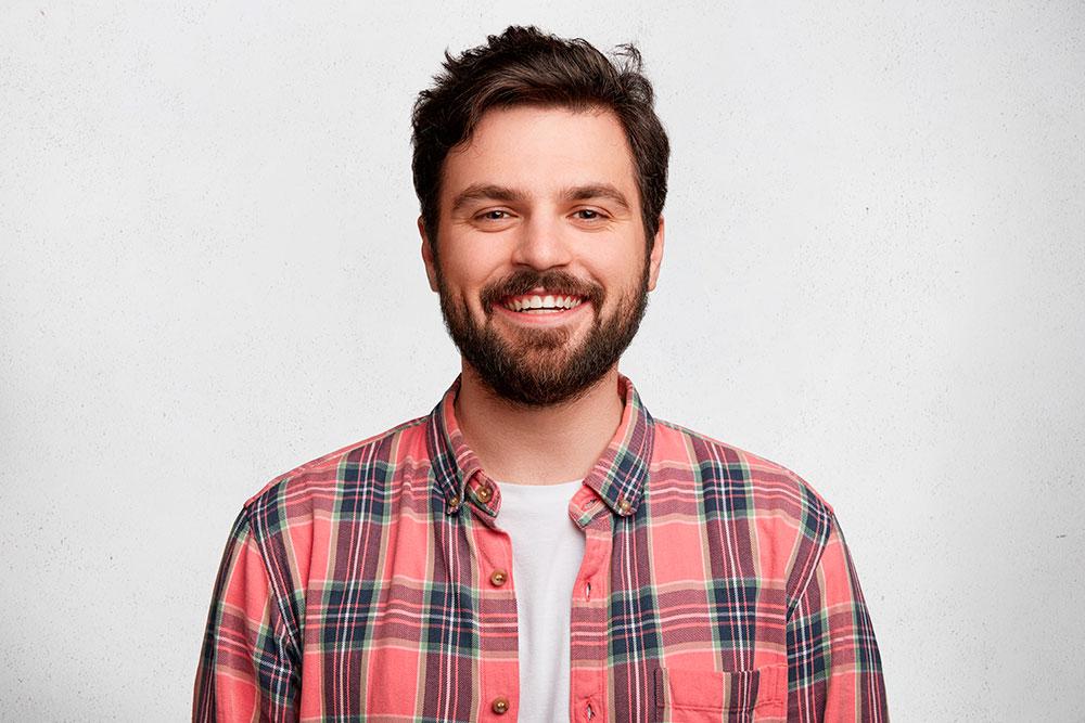 Европейский вариант — челюсть близка к овалу, боковые зубы при улыбке почти не видны