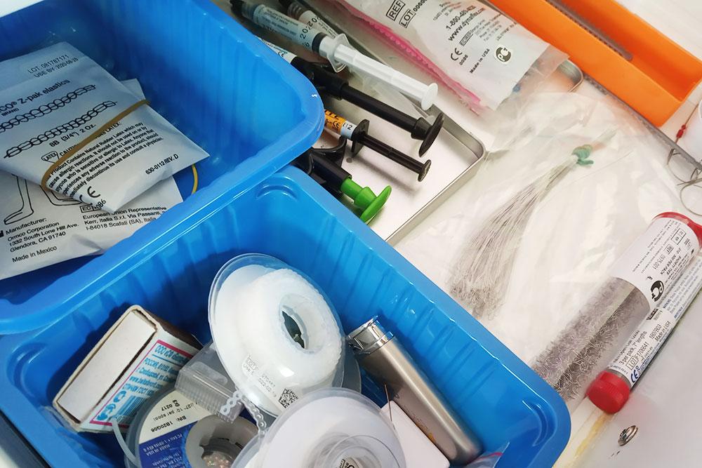 В брекет-систему входят сами брекеты, замки (щечные трубки), лигатуры, эластичные цепочки, металлические крючки, кнопки, эластики, дуги, воск длязащиты слизистой и набор длячистки