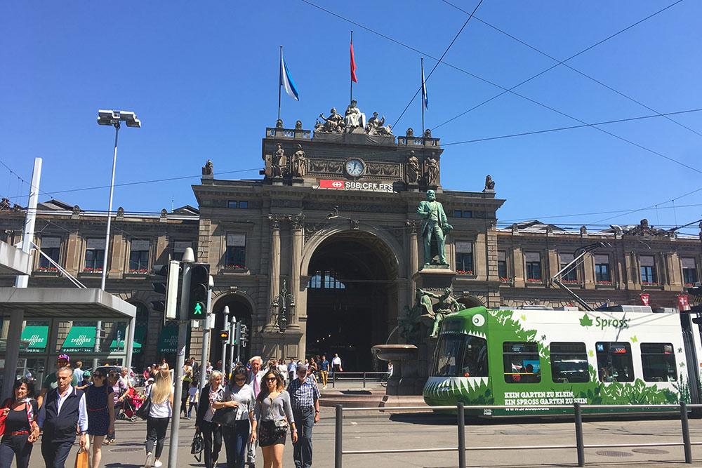 Банхофштрассе — главная улица города. Отсюда начинается знакомство с Цюрихом, если приехать в город на поезде