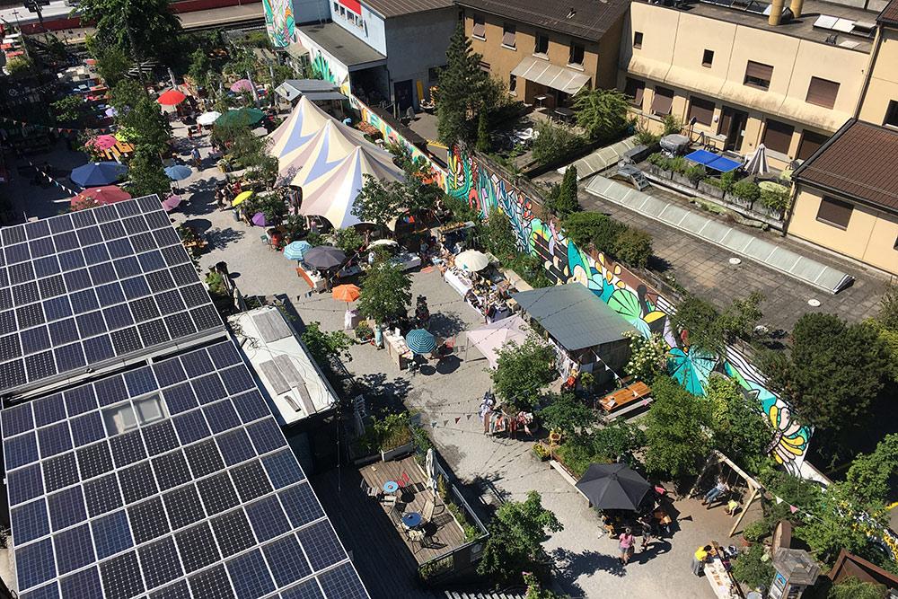 Вид со смотровой площадки магазина. В тот день во дворе рядом работал небольшой блошиный рынок