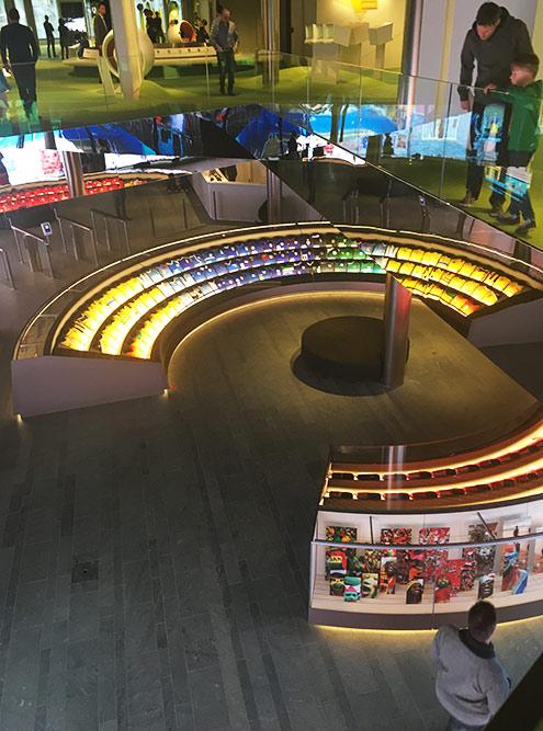 На первом этаже расположен полукруг с образцами формы всех национальных сборных