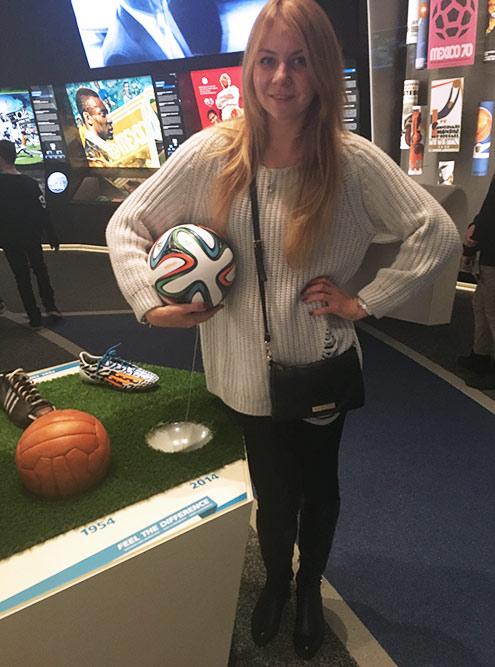 Многие экспонаты можно потрогать. На фото я с образцом мяча чемпионата мира — 2014