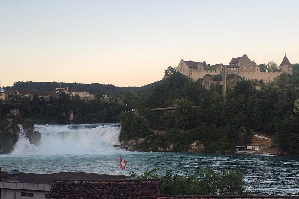 Приехать на водопад перед закатом было отличной идеей: на площадке не было никого. Я не платила за вход, но мне понравилась и бесплатная версия